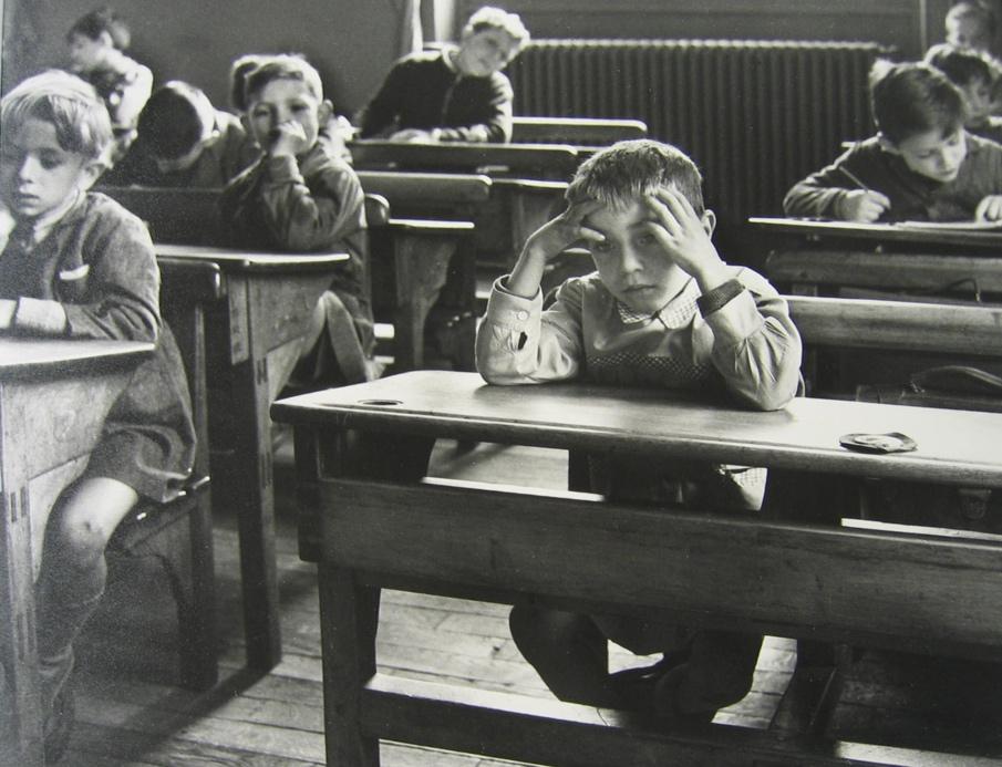 http://www.gamma-rapho-expos.com/var/gr/storage/images/media/images/visuels-expositions/culottes-courtes-et-doigts-pleins-d-encre-robert-doisneau/l-ecolier-seul-1956/7572-2-fre-FR/L-ecolier-seul-1956.jpg