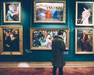 Une image contenant galerie, scène, pièce, photo Description générée automatiquement